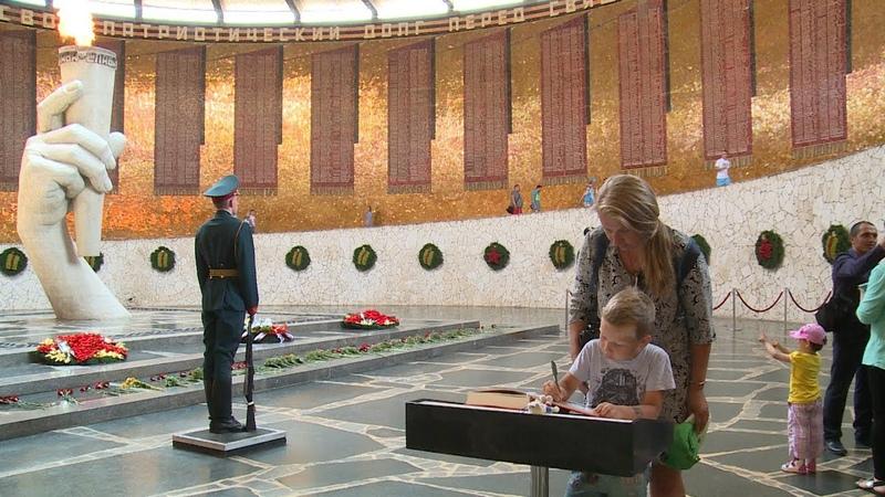 В Волгограде болельщики ЧМ 2018 заполнили проникновенными записями Книги гостей на Мамаевом кургане