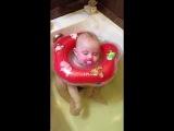 Ребенок борется со сном и спит в ванной