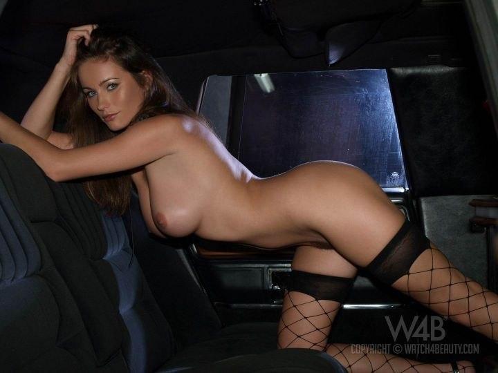 Горячий секс в машине. Molly Cavalli позирует на крутой.