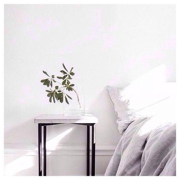 белая комната спальня кровать цветок на тумбочке