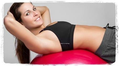 ВОССТАНОВИТЕ ПРЕСС ПОСЛЕ РОДОВ Сделать живот плоским после родов помогут шесть простых упражнений. Посвящайте этой гимнастике 20 минут 2-3 раза в неделю, и вы быстро сможете похвастаться прекрасной фигурой. Боковая растяжка Цель: верхний и нижний брюшной пресс, боковые мышцы прессаПоставьте ноги на ширину плеч и возьмите гантель в правую руку. Наклонитесь влево, правая нога остается прямой. Разгибайте правую руку, перебрасывая вес на плечо. Держа спину прямой, наклоняйте туловище влево, а…