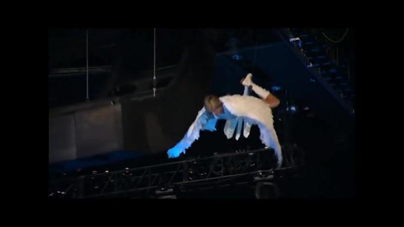 Один из самых незабываемых шоу-моментов в истории MTV Movie TV AWARDS -- на шоу 2009 года, Sacha Baron Cohen как Бруно спуст