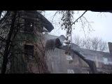 девочка и летящие кирпичи при сносе Дома Стройбюро