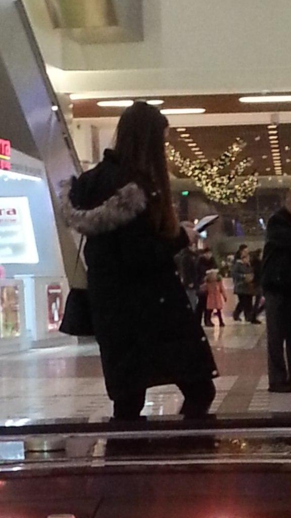 девушка со спины брюнетка одетые:
