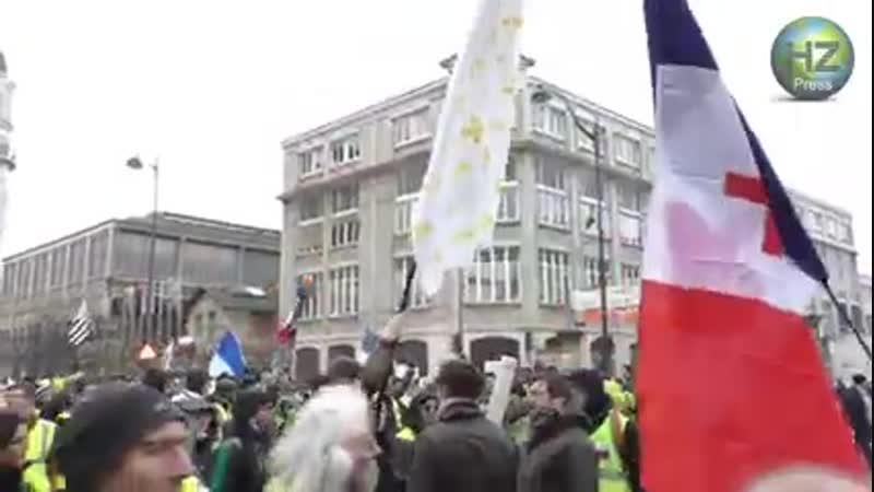 GJs XII - Tension lorsqu'un homme brandit un drapeau avec des fleurs de lys - 02/02/2019