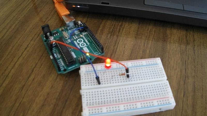 Варвара Трусова, самостоятельно переработала типовую программу, и запрограммировала микроконтроллер Ардуино Уно на отбивку сигна