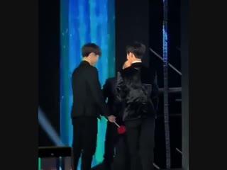แทฮยอง,จองกุก,เจโฮป จับมือกันเพื่อสร้างวงกลม เนื่องในจากเนื้อเพลง