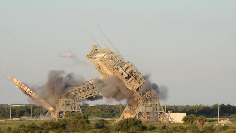 Старейшие пусковые башни взорвали на мысе Канаверал