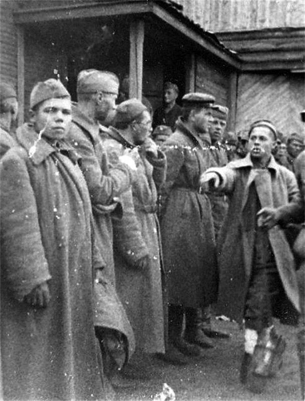 Фотофакт: полонений червоноармієць показує німцям комісарів і комуністів