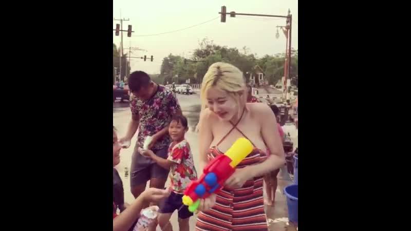 태국 송크란축제에서 낯선 이의 행복을 빌어주는 모습 참 아름답죠 😍😍