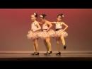 Маленькая девочка круто танцует!