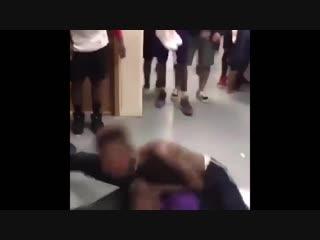 Bedniy nigger shagaet domoi.