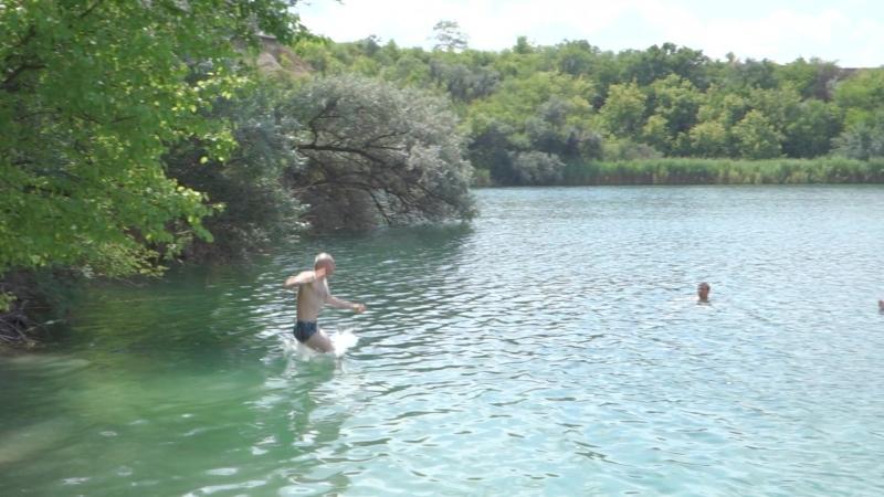 Прыжок с тарзанки в голубое озеро Кривбасса
