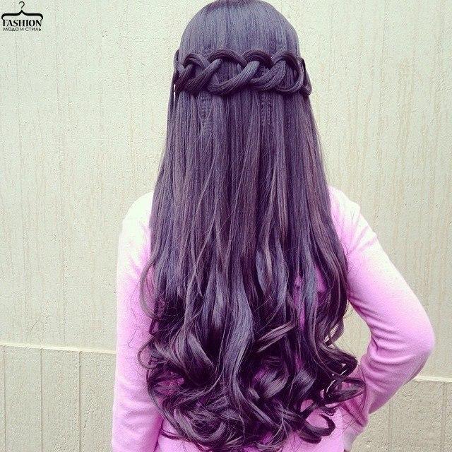 Тонкие косички на распущенных волосах