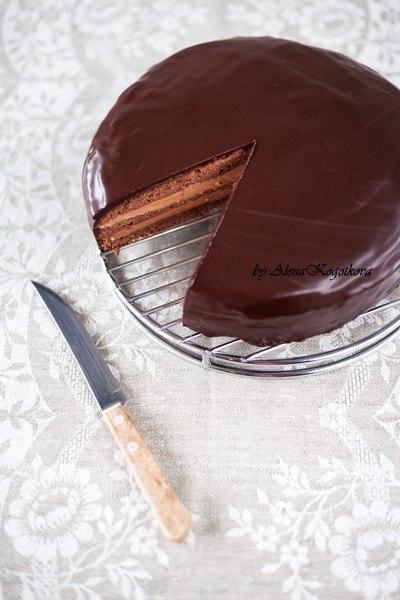 Торт Прага Вам потребуется: Шоколадный бисквит Пражский крем Абрикосовый джем для