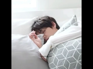 Jhope really kissed taehyung when he was sleeping ughh my heart.. but i would do the same hobii