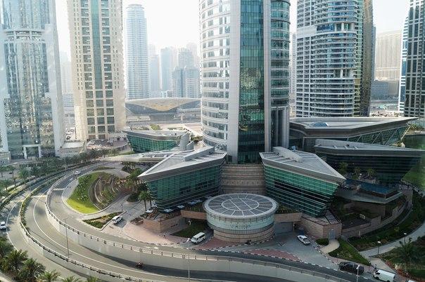 Вид из окна отеля на небоскребы