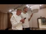 Ігор Пластун і Влад Кулач виконують пісню на посвяті
