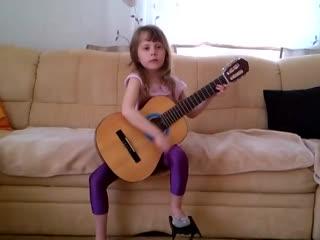 Детство, детство ты куда бежишь..))) Малышка классно играет и поет!!