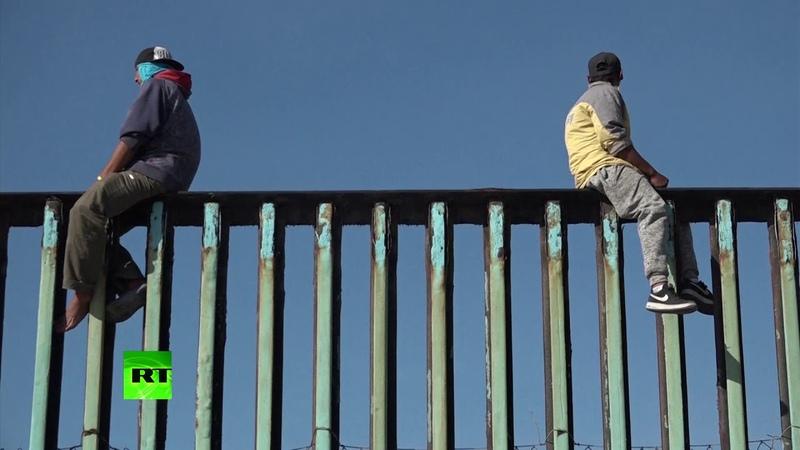 Южноамериканская мечта: десятки мигрантов пытаются прорваться через стену на границе Мексики и США