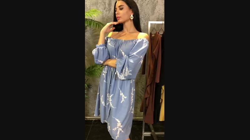 Платье с открытыми плечами и принтом веточки