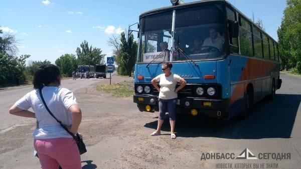 Голодные жёны и дети шахтёров перекрыли трассу в Угледаре (фото)