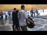 Английские болельщики на Мамаевом кургане возлагают венки