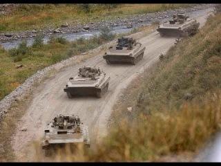 Российские захватчики с автоматами незаконно обыскивают машины украинцев