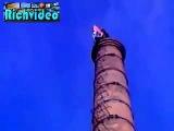 Человек падает с высокой башни