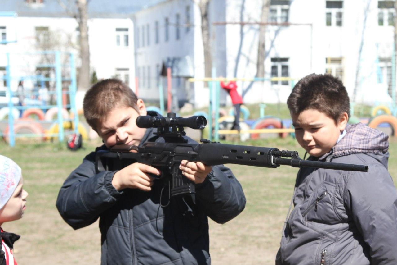 Дети из Покровского детского дома учатся стрелять