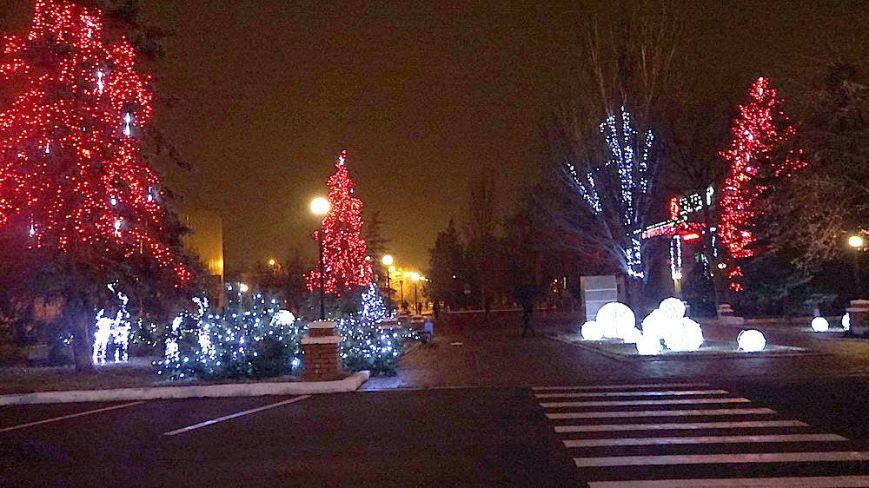 На улице Шевченко в Славянске ставят новогоднюю иллюминацию