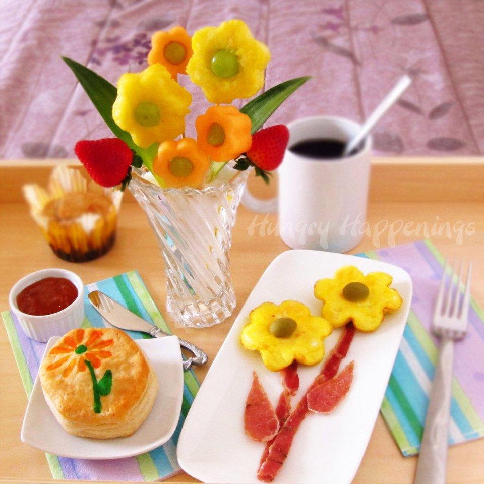 Завтрак в постель с цветами