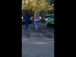 Две красивые школьницы идут в обтягивающих джинсах показывают попу oversee фотоохота