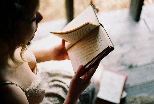 грудаста пані в лівчику читає книгу. Цицьки