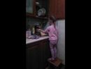 Помогает маме с мытьём посуды