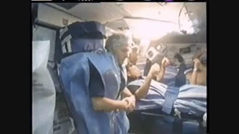 Так спят астронавты в шаттлах. Выглядит жутковато.