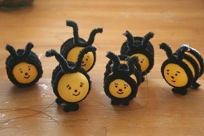 ПОДЕЛКА ПЧЕЛКИ В СОТАХ Чтобы сделать веселых пчелок, потребуются пластиковые контейнеры от «киндер-сюрпризов», перманентный маркер и синельная проволока черного цвета. Для 1 пчелы нужно взять