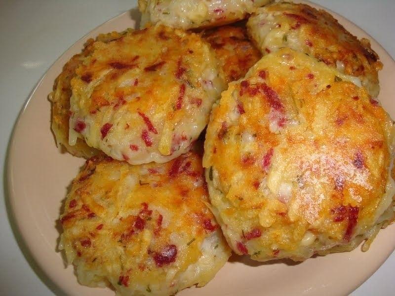 Драники с ветчиной, сыром и зеленью Ингредиенты: картофель -