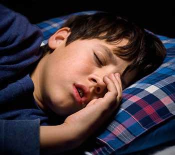 Воспаленные дыхательные пути могут привести к тому, что человек не погрузится в самые глубокие стадии сна, что означает, что его глифатическая система работает не полностью и может присутствовать скрежет зубов.