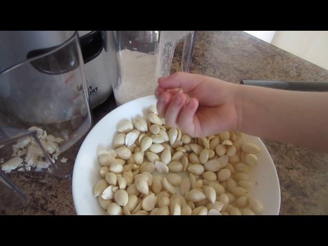 Изготовление орехового молока в шнековой соковыжималке Kitfort KТ-1101-3