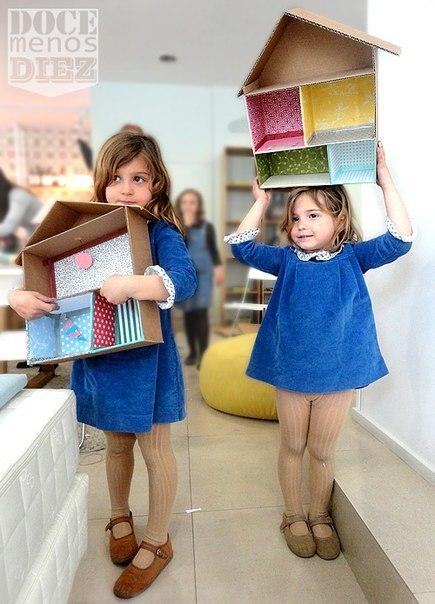 КАРТОННЫЕ КУКОЛЬНЫЕ ДОМА Кукольные домики, сделанные мамами и папами из картона, обычно получаются самыми лучшими домиками на свете. Это любой ребенок подтвердит. Если у вас есть упаковочный картон и ребенок, играющий в кукол или человечков лего, посвятите пару вечеров изготовлению домика. Он может быть любого размера, с любым количеством комнат и этажей. Из обрывков декоративной бумаги сделайте ремонт в домике, расположите мебель и празднуйте новоселье.