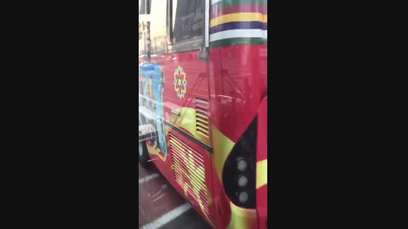 지금 시청 근처 버스에 앉아 있는데 앞에 있는 서울 시티투어 버스 뒤에 탄이들 @BTS_twt 있어서 버스에서 우다닥 찍었음. 반가워.