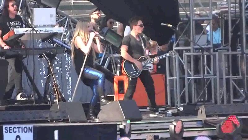 Avril Lavigne Sk8er Boi Live @ Wango Tango 11 05 2013