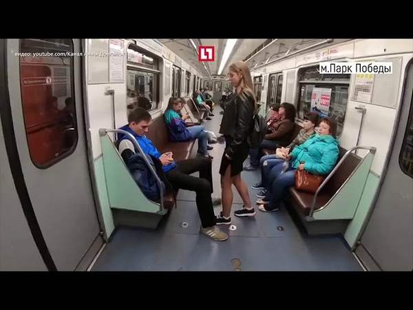 Обливает отбеливателем мужчин в метро