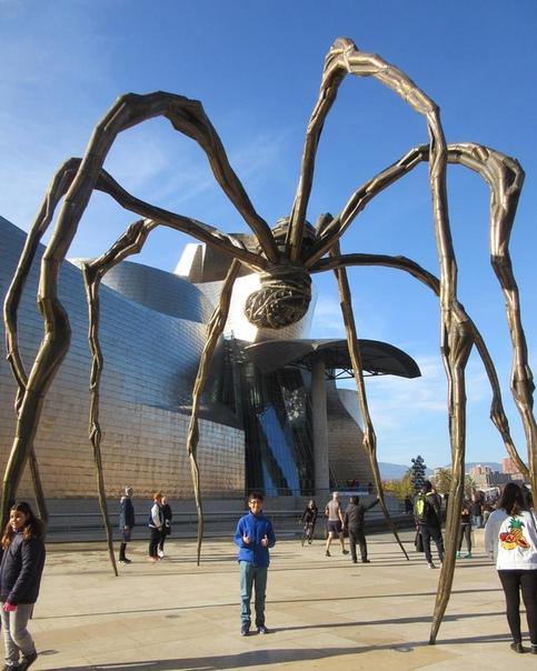 Гигантский паук «Маман» из бронзы и нержавеющей стали (Музей Гуггенхейма, Бильбао, Испания