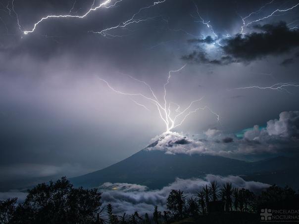 Молния угодила в антенны, установленные на вершине