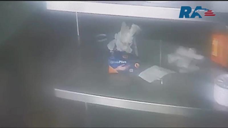 Голодный грабитель, прежде чем скрыться спокойно пожарил себе курицу под камерами