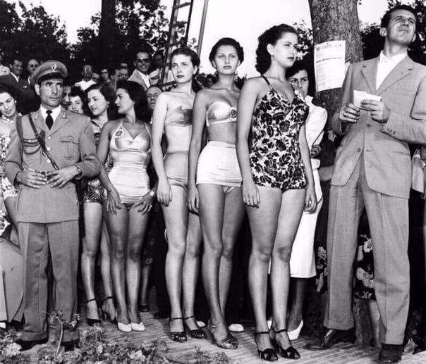 Фото с конкурса красоты, на котором 15-летняя Софи Лорен покоряет членов жюри.