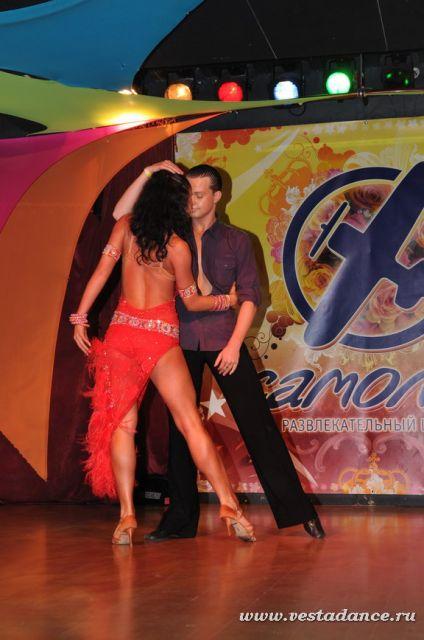 Черноволосые секс бомбы во время танца