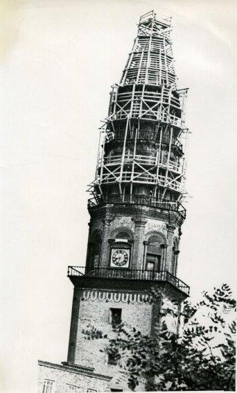 ПОКЛОН АКИНФИЮ ДЕМИДОВУ Невьянск - небольшой городок среди Уральских гор. В центре старинной демидовской столицы - удивительная наклонная башня, овеянная тайнами и легендами... Башня, словно